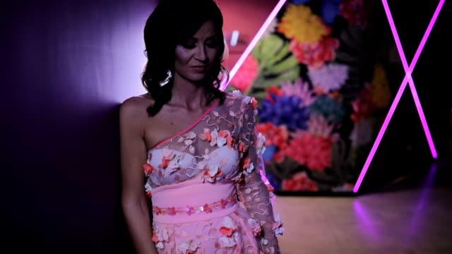 ドレスの魅力的なブルネット - 白のドレス点の映像素材/bロール