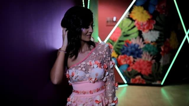 vídeos de stock e filmes b-roll de charming brunette woman in elegant dress smiling - vestido branco
