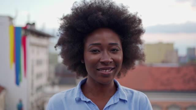vídeos de stock, filmes e b-roll de encantadora e confiante ceo afro-americana - vestuário de trabalho formal