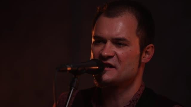 魅力的な男性歌手 - singer点の映像素材/bロール
