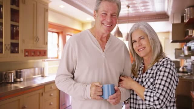 stockvideo's en b-roll-footage met charming mature white couple looking serious - natuurlijk haar