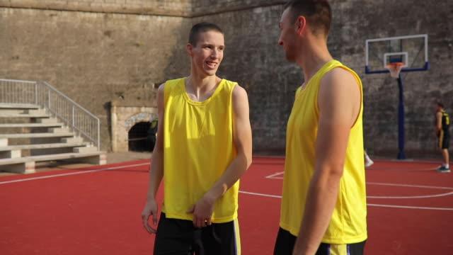 vidéos et rushes de joueurs de streetball charmant - streetball