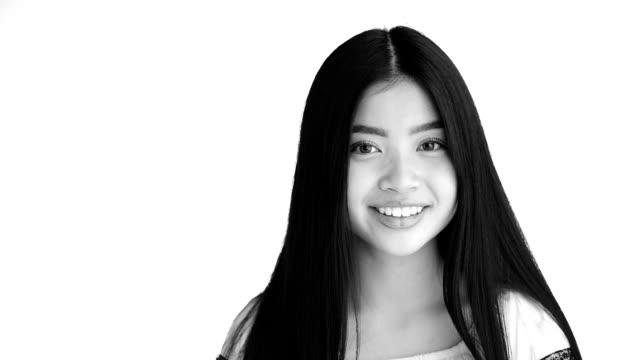 attraente adolescente con il contatto visivo - viraggio monocromo video stock e b–roll