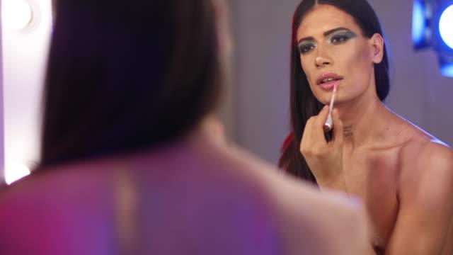 vidéos et rushes de charmant travesti - miroir