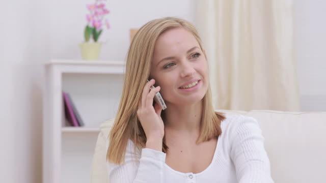 vidéos et rushes de charming woman calling her friend - seulement des jeunes femmes