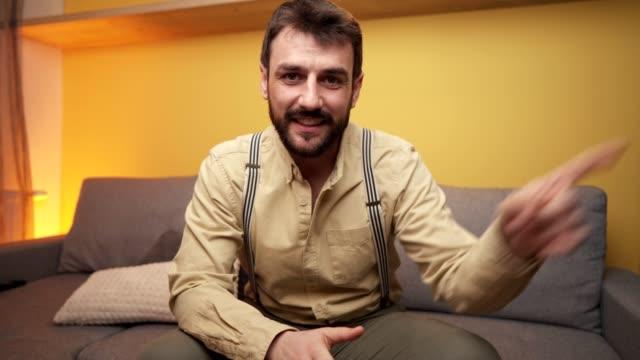 vidéos et rushes de jeune homme charmant enregistrant son vlog quotidien de sa maison - blog vidéo