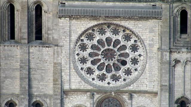 vidéos et rushes de chartres cathédrale-vue aérienne au centre, eure-et-loir, arrondissement de chartres, france - cathédrale