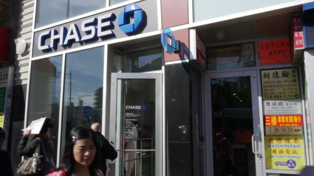 chase bank in flushing, queens, new york - economia video stock e b–roll