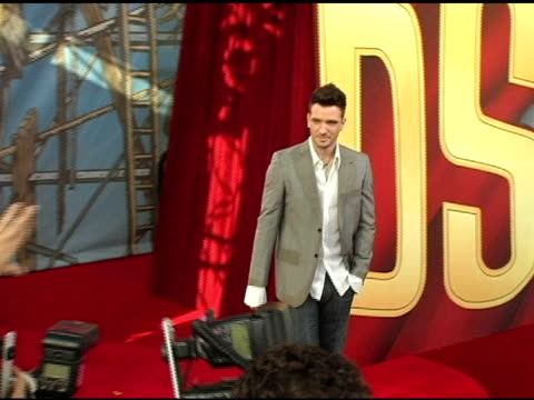 jc chasez at the 2005 mtv movie awards arrivals at the shrine auditorium in los angeles california on june 4 2005 - jc chasez stock-videos und b-roll-filmmaterial