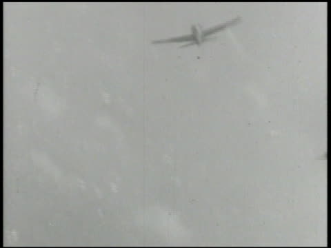 stockvideo's en b-roll-footage met chasing shooting down imperial japanese fighter aircrafts xws three mitsubishi a6m zero fighter planes flying descending world war ii wwii pacific... - 1942