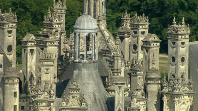 vídeos y material grabado en eventos de stock de aerial, chateau de chambord, chambord, loir-et-cher, france - castillo estructura de edificio