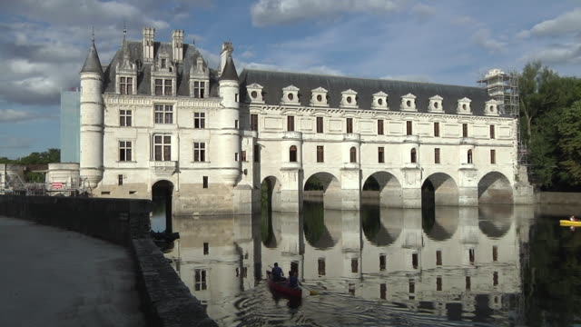 vidéos et rushes de ws chateau de chenonceau, people boating on river / loire valley, france - kayak