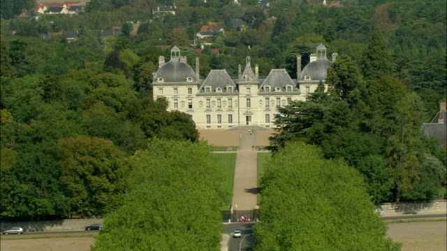 vidéos et rushes de aerial, chateau de cheverny, loir-et-cher, france - façade