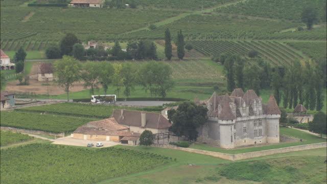 vidéos et rushes de chateau de monbazillac and vineyards - aquitaine