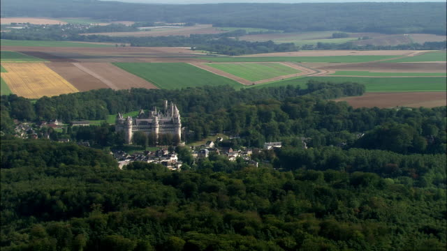 aerial chateau de pierrefonds and surrounding town/ pierrefonds, france - frankreich stock-videos und b-roll-filmmaterial