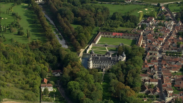 vídeos de stock e filmes b-roll de aerial ws chateau de tanlay and surrounding landscape / tanlay, france - estilo do século 16
