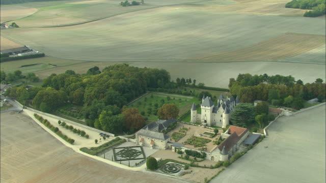 vídeos de stock e filmes b-roll de aerial, chateau du rivau surrounded with fields, rivau, touraine, france - estilo do século 16