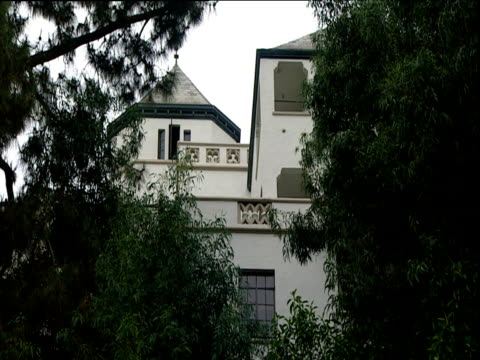 vidéos et rushes de chateau marmont hotel partially hidden by trees sunset strip los angeles - exclusivité