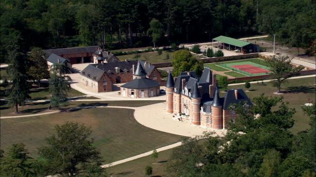 stockvideo's en b-roll-footage met kasteel vienne maison - luchtfoto - centrum, loiret, arrondissement d orléans, frankrijk - kasteel