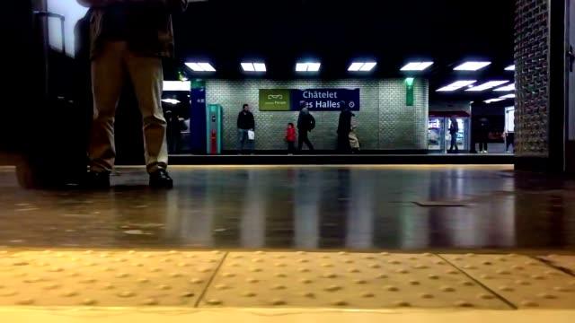vídeos y material grabado en eventos de stock de chatelet les halles subway station in paris france viewed from a moving train. people are passing by. - metro transporte