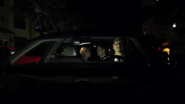 vidéos et rushes de ms pov chauffeur driving car through city and couple in back seat - siège arrière de passager