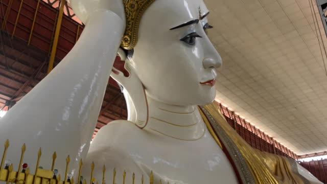 stockvideo's en b-roll-footage met chaukhtatgyi pagoda, yangon, myanmar - achterover leunen
