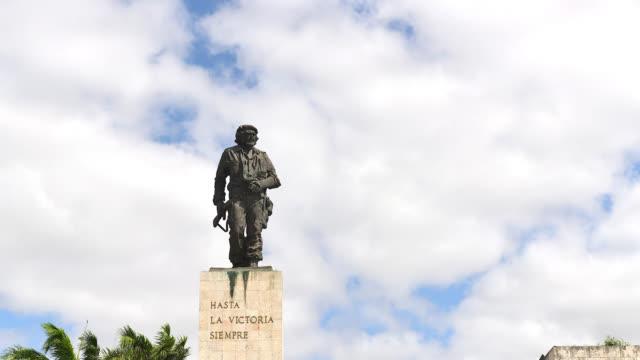 che guevara monument in santa clara city, cuba - luogo d'interesse locale video stock e b–roll