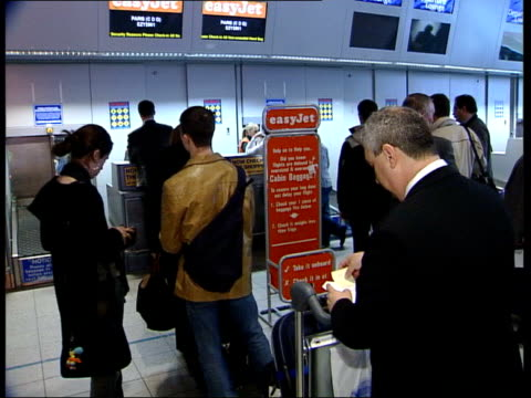 cheap flights to usa via germany itn bedfordshire luton airport int ms man at checkin desk asking where passenger is travelling to sot gv queues at... - fragen stock-videos und b-roll-filmmaterial