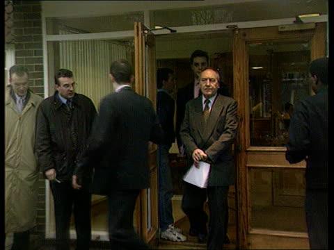 vídeos y material grabado en eventos de stock de british hostages killed; g)een: hywel jones reaction itn england: surrey: ext / dusk gv flag lowered to half mast outside the offices of granger... - venganza