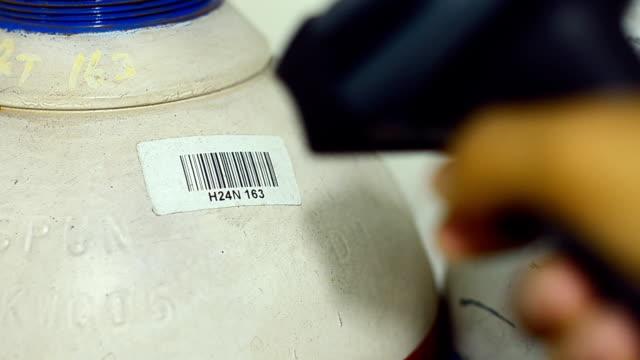 vídeos de stock, filmes e b-roll de verificar químicos tanque de leitura do código de barras - meio de informação