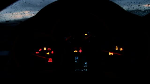 vidéos et rushes de vérifier la lumière d'avertissement et démarrer la voiture à moteur - phare arrière de véhicule