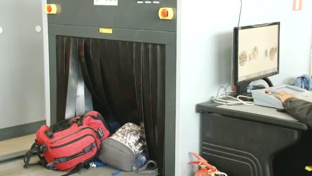 vídeos de stock, filmes e b-roll de verificar a bagagem no aeroporto - smuggling