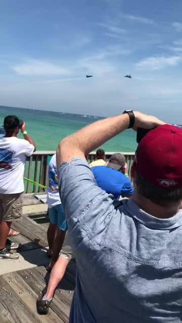 vídeos y material grabado en eventos de stock de check out this insane flyover stunt performed by the blue angels in pensacola pier, florida. so cool! - otros temas