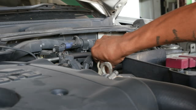 stockvideo's en b-roll-footage met controleer de auto smeermiddel niveau - motor oil
