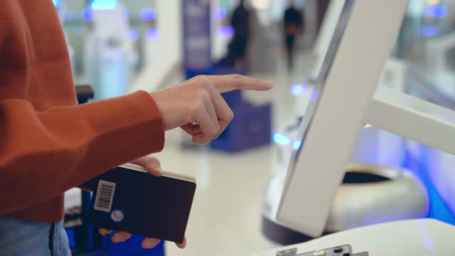 vídeos de stock e filmes b-roll de check-in at the airport with self-service machine - ecrã tátil