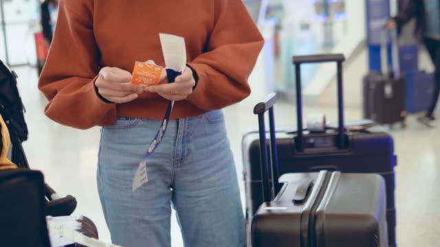check-in am flughafen mit self-service-automaten - kiosk stock-videos und b-roll-filmmaterial