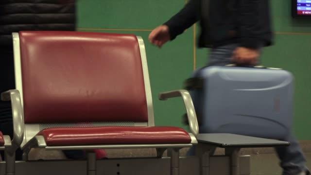 vídeos y material grabado en eventos de stock de entrada salida llegada - sillón