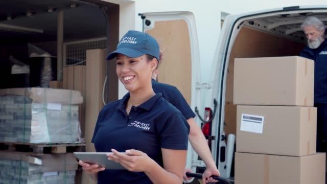 stockvideo's en b-roll-footage met een lijst met pakketten controleren - dienstverlener