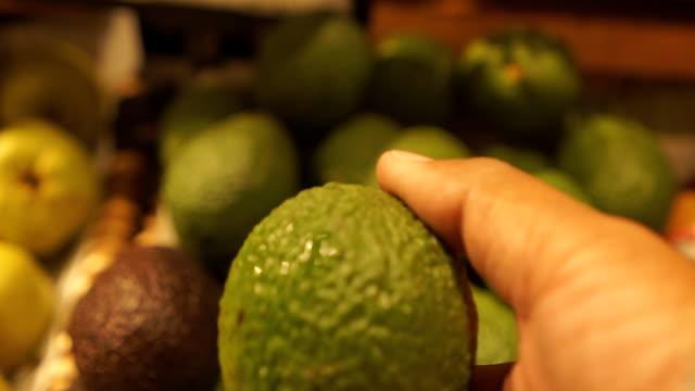 vídeos y material grabado en eventos de stock de marcar un avacado - aguacate