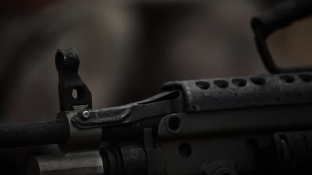 vidéos et rushes de checking gun close up - mitrailleuse
