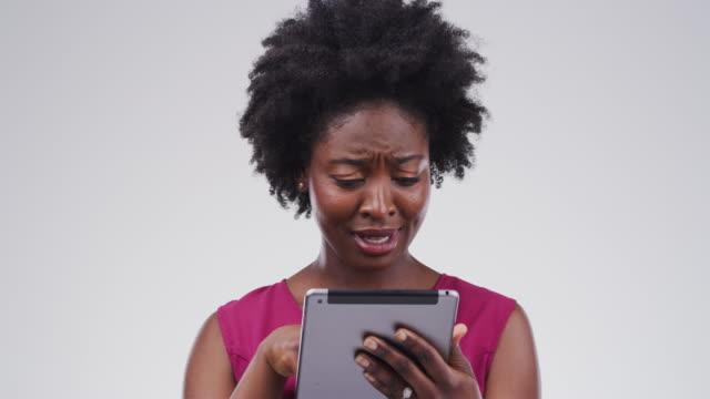 vidéos et rushes de vérifier ses médias sociaux se nourrit - fond gris