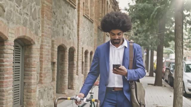 checking his messages - capelli ricci video stock e b–roll