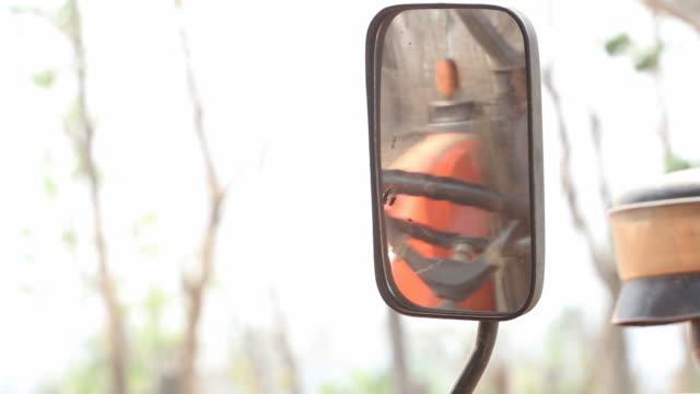 vídeos de stock, filmes e b-roll de verificando de espelho de caminhão - larva