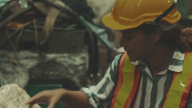 vídeos de stock, filmes e b-roll de verificando a qualidade na fábrica - diagrama