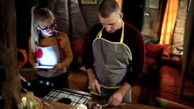 überprüfung von sozialen netzwerken während er für mich kochen - kochrezept stock-videos und b-roll-filmmaterial