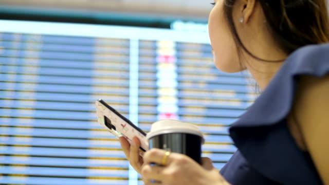 vídeos y material grabado en eventos de stock de comprobar el horario del vuelo - tabla de llegadas y salidas