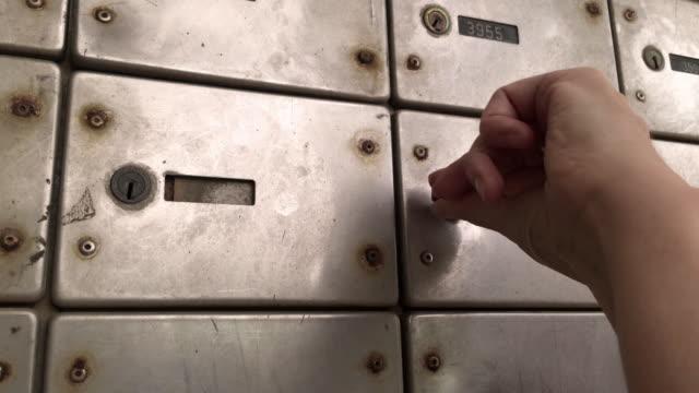 vídeos y material grabado en eventos de stock de comprobación de la caja de la oficina de correos - taquilla recipiente