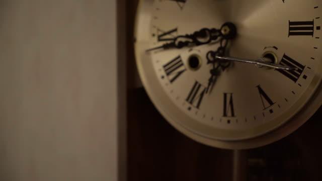 祖父の時計の時刻を確認する - 大時計点の映像素材/bロール