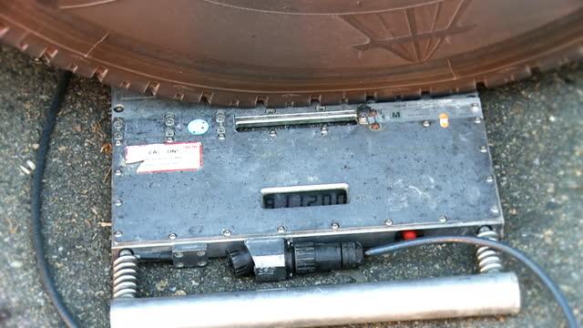 stockvideo's en b-roll-footage met hd: checking the weight of a truck - weegschaal weeginstrument