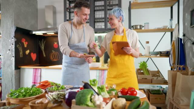 lista di controllo degli ingredienti vegetariani - ricetta video stock e b–roll